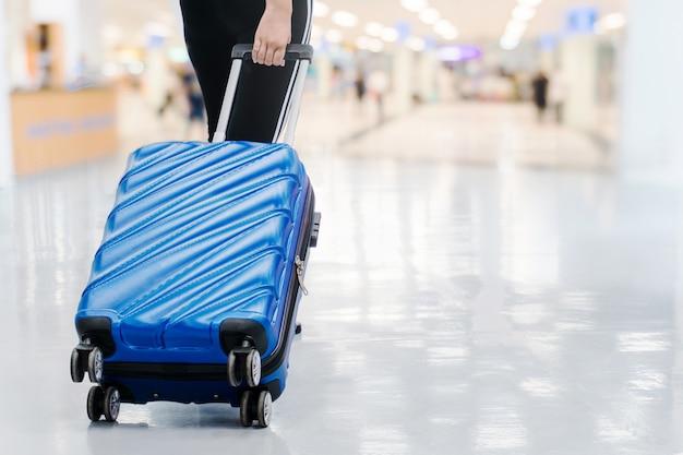 Podróżne Kobiety I Bagaż Przy Lotniskowym Terminal Podróżuje Pojęcie Premium Zdjęcia