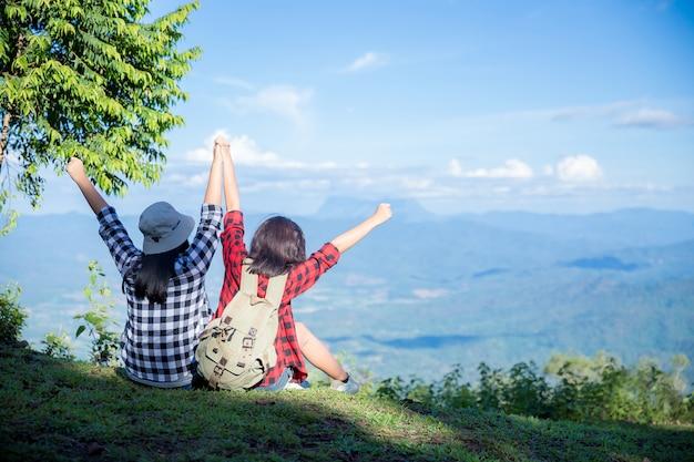 Podróżni, młode kobiety, patrzcie na niesamowite góry i lasy, pomysły na wędrówki, Darmowe Zdjęcia