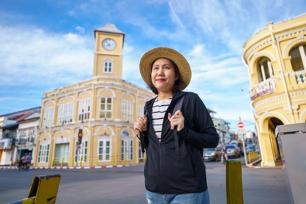 Podróżni Na Ulicy Phuket Stare Miasto Z Budową Chińskiej Architektury Portugalskiej W Phuket Premium Zdjęcia