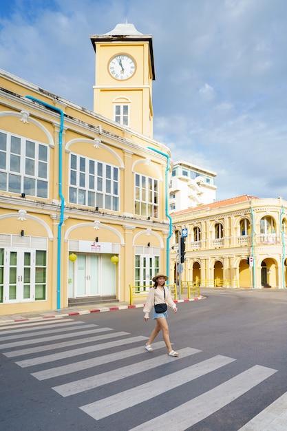 Podróżni Na Ulicy Stare Miasto W Phuket Z Budynkiem Architektury Chińskiej Portugalskiej Na Starym Mieście W Phuket W Phuket, Premium Zdjęcia