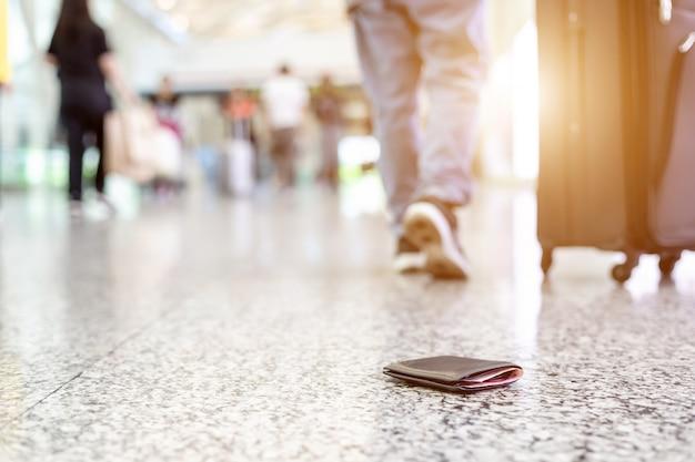 Podróżni Stracili Portfel Na Podłodze Na Lotnisku Premium Zdjęcia