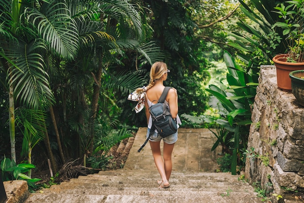 Podróżnicza Blondynki Backpacker Kobieta Chodzi I Odkrywa Dżungla Tropikalnego Parka, Podróżuje Przygodę Natura W Chinach, Turystyczny Piękny Cel Azja, Letnie Wakacje Wakacje Podróż Wycieczka Koncepcja Premium Zdjęcia