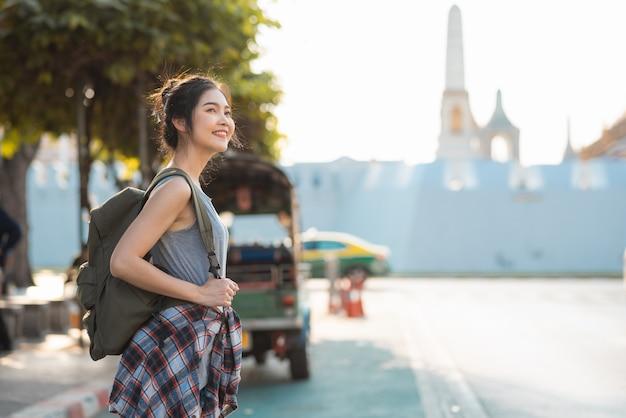 Podróżnik azjatycka kobieta podróżuje i chodzi w bangkok, tajlandia Darmowe Zdjęcia