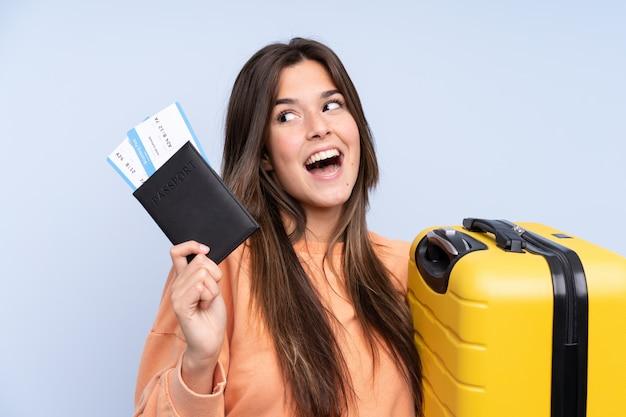 Podróżnik brazylijska kobieta trzyma walizkę i paszport Premium Zdjęcia