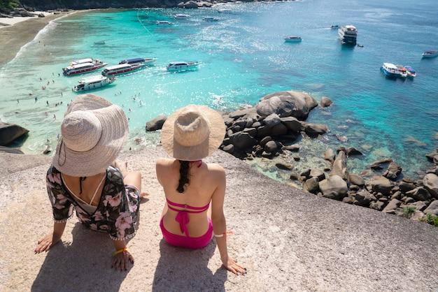 Podróżnik Na Sobie Strój Kąpielowy Na Wyspie Similan Phuket, Tajlandia Premium Zdjęcia