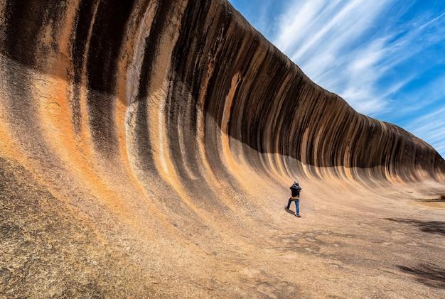 Podróżnik Sfotografuje Skałę Wave Premium Zdjęcia