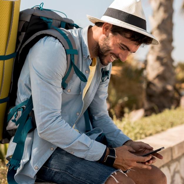 Podróżnik Smilling Przy Smartphone Darmowe Zdjęcia