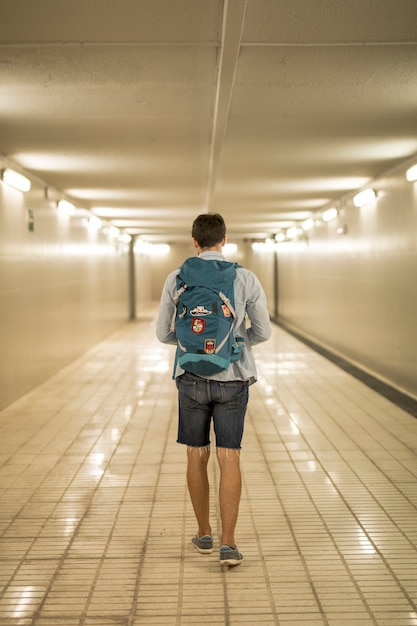 Podróżnik z tyłu w przejściu podziemnym Darmowe Zdjęcia