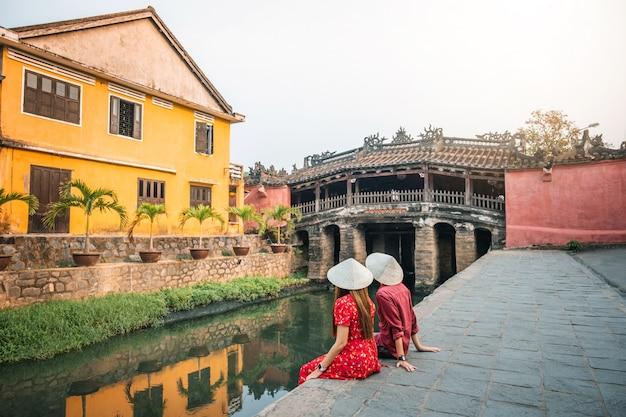 Podróżuj Para Z Japońskim Mostem Krytym W Hoi An, Wietnam Premium Zdjęcia