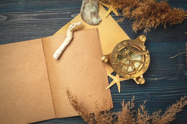 Podróżuj przedmioty na drewnianym stole. Premium Zdjęcia