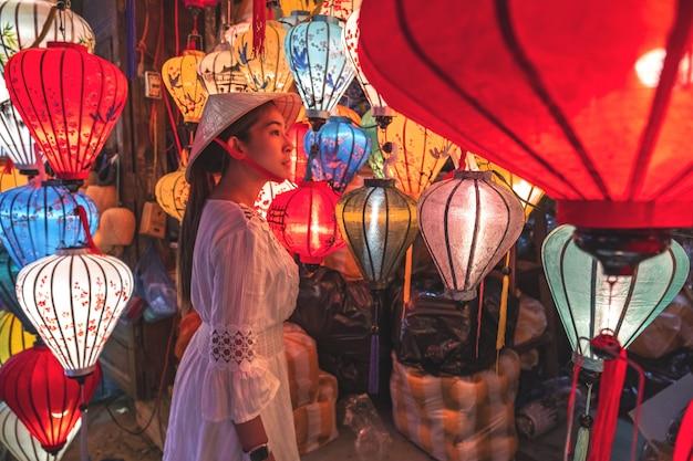 Podróżuje Kobiety Wybiera Lampiony W Hoi An, Wietnam Premium Zdjęcia
