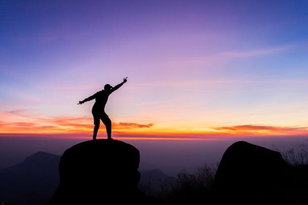 Podróżuje Sylwetkę Na Szczycie Góry, Sukcesu Pojęcie Premium Zdjęcia