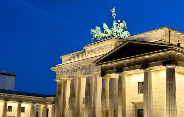 Podświetlana Brama Brandenburska W Berlinie, Niemcy Premium Zdjęcia