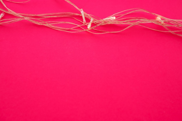 Podświetlane światła girlandy na jasnym różu Premium Zdjęcia