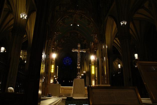 Podświetlany Krzyż Chrześcijański Z Czarnym Tłem Wewnątrz Kościoła. Premium Zdjęcia