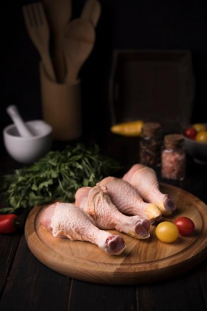 Podudzia Z Kurczaka O Dużym Kącie Na Drewnianej Desce Z Natką Pietruszki Darmowe Zdjęcia