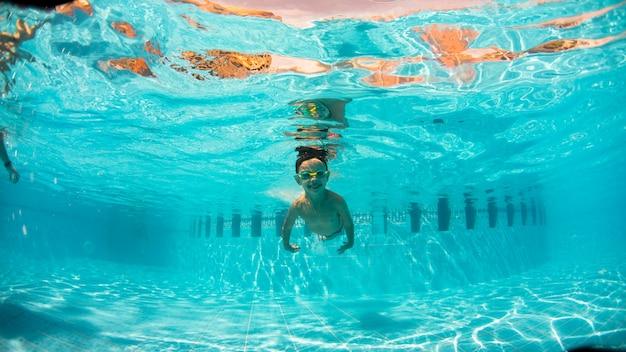 Podwodny Młody Chłopak Zabawy W Basenie Z Gogle. Lato. Letnie Wakacje Zabawy Premium Zdjęcia