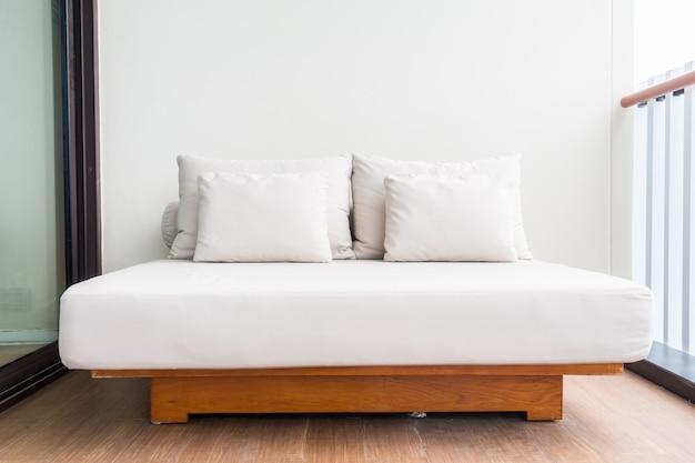 Podwójne łóżko Z Białymi Poduszkami Darmowe Zdjęcia