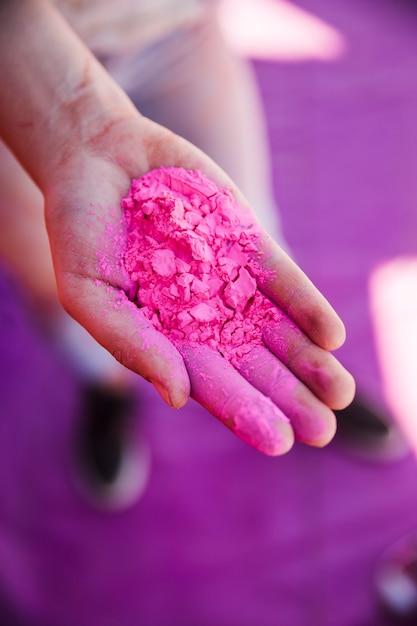Podwyższony Widok Kobiecej Ręki Trzymającej Różowy Kolor Holi Darmowe Zdjęcia
