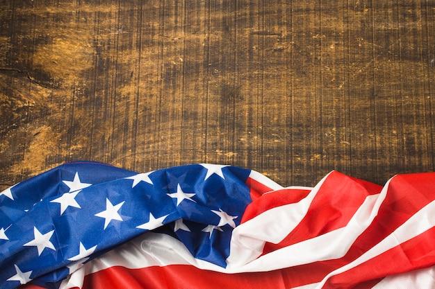 Podwyższony Widok Usa Flaga Amerykańska Na Drewnianej Powierzchni Darmowe Zdjęcia