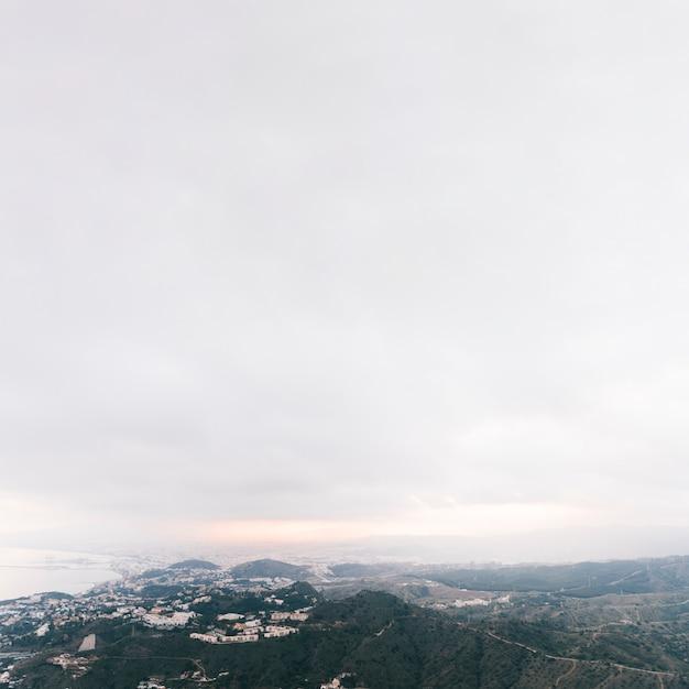Podwyższony widok wsi góry krajobraz z białym chmurnym niebem Darmowe Zdjęcia