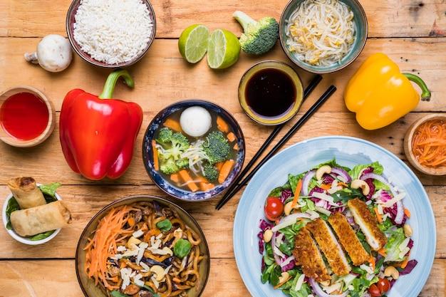 Podwyższony widok wyśmienicie tajlandzki jedzenie z świeżymi warzywami na drewnianym stole Darmowe Zdjęcia