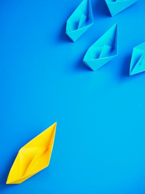 Pojęcie biznesu statku łodzi błękitny tło Premium Zdjęcia