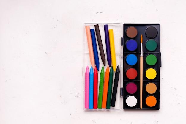 Pojęcie Kreatywności Dzieci, Rysunek. Farby I Kredki W Różnych Kolorach. Premium Zdjęcia