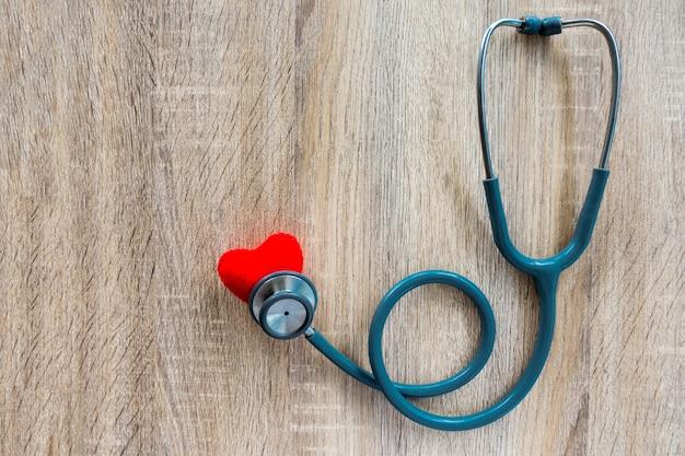 Pojęcie ubezpieczenia medycznego ze stetoskopem na drewniane biurko Premium Zdjęcia