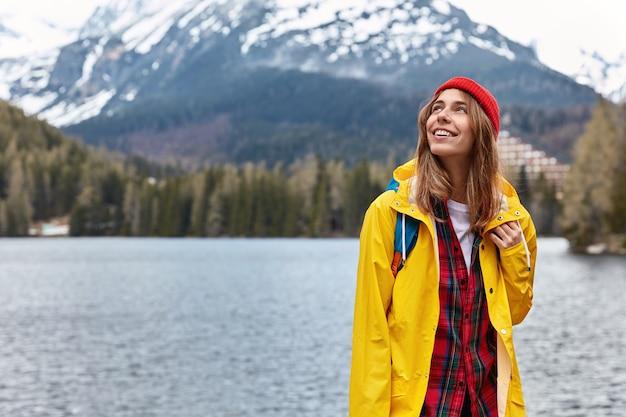 Pojęcie Wolności. Piękna Beztroska Turystka Skupiona Na Niebie Cieszy Się Wakacjami W Górskim Kurorcie Darmowe Zdjęcia