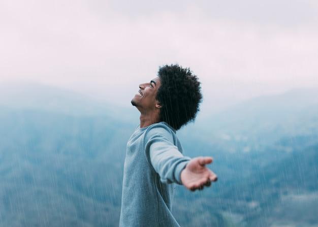 Pojęcie wolności z wycieczkowiczem na górze Darmowe Zdjęcia