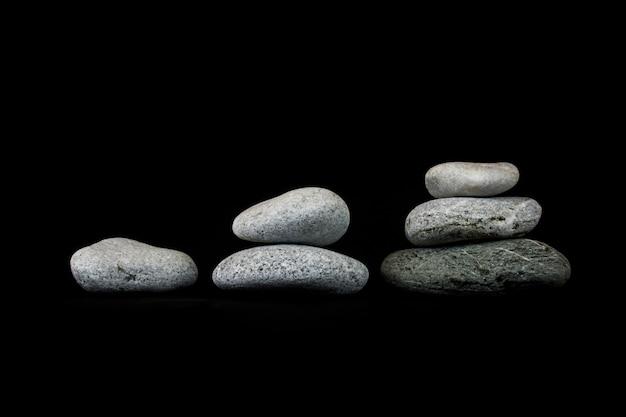 Pojęcie wzrostu. kamienie na czarnym tle Premium Zdjęcia