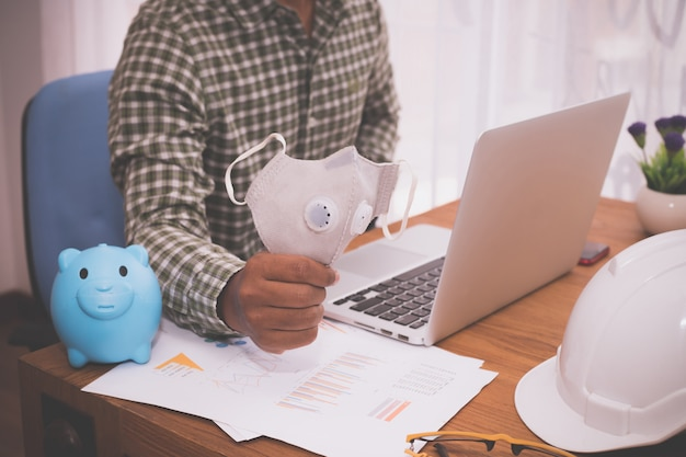 Pojęcie Zakupy Online, Biznesmen Używa Laptop Zakupy Twarzy Maskę Online. Premium Zdjęcia