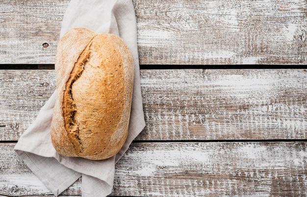 Pojedynczy Biały Chleb Na Płótnie Z Drewnianym Tłem Darmowe Zdjęcia
