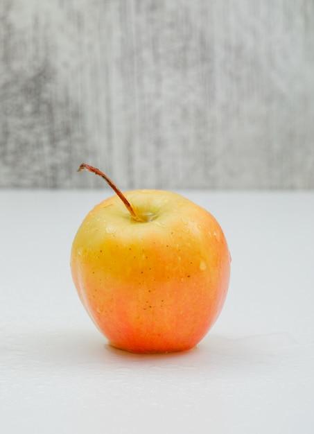 Pojedynczy Deszczowy Jabłczany Boczny Widok Na Bielu Darmowe Zdjęcia