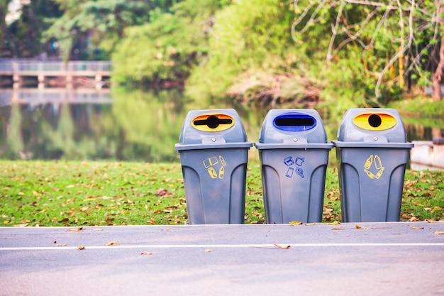 Pojemniki W Parku Do Oddzielenia Odpadów. Premium Zdjęcia