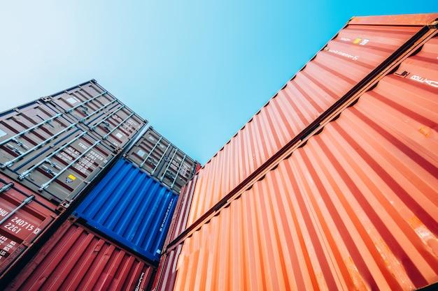 Pojemniki Ze Statku Towarowego Cargo Do Importu I Eksportu Premium Zdjęcia