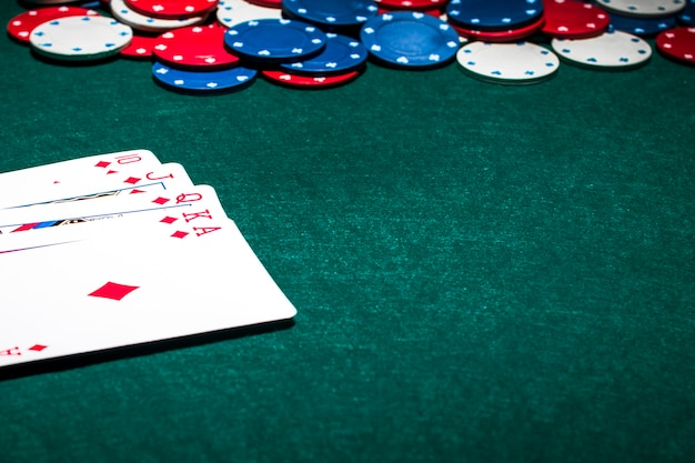 Poker Królewski Karty Do Gry I żetony W Kasynie Na Zielonym Tle Pokera Darmowe Zdjęcia