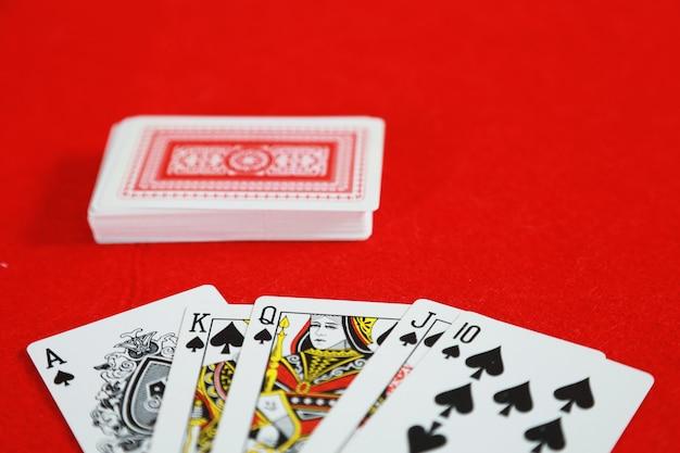 Pokerowa Gra W Karty Royal Straight Flush W Ręce W Grze W Karty W Kasynie Premium Zdjęcia