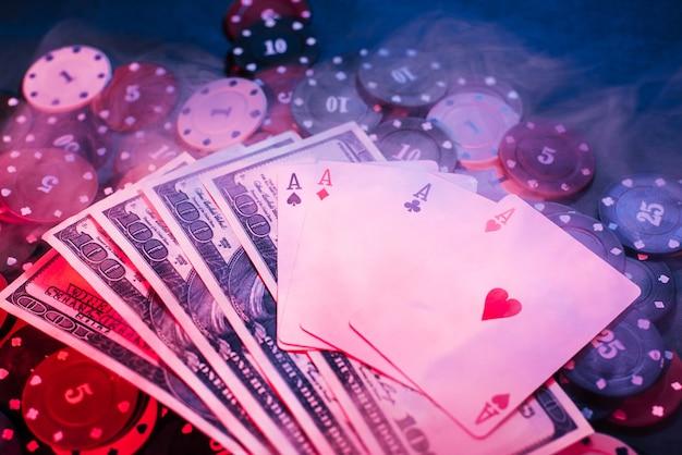 Pokerowe żetony, Karty I Pieniądze Z Dymem Premium Zdjęcia