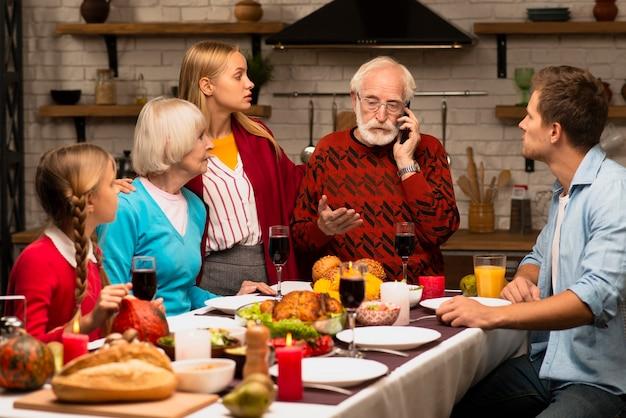 Pokolenia rodzinne są ciekawe i patrzą na dziadka Darmowe Zdjęcia