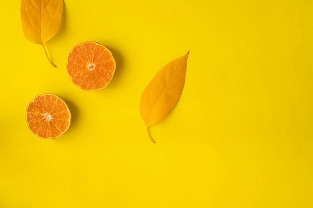 Pokrojona Pomarańczowa Owoc Na Kolorze żółtym, Widok Z Góry. Premium Zdjęcia