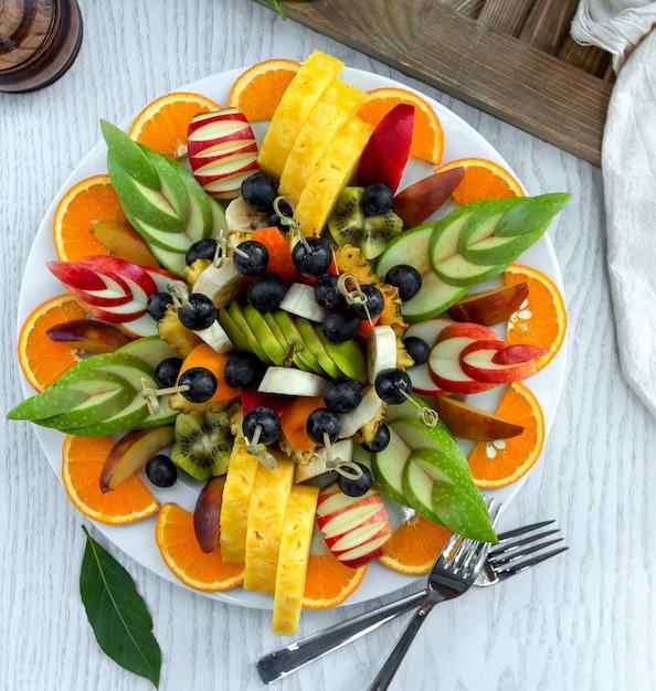 Pokrojona sałatka owocowa ładnie ułożona na talerzu Darmowe Zdjęcia