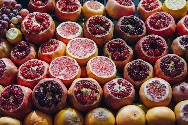 Pokrojone Granaty I Cytrusy Są Wystawiane Na świeże Soki Premium Zdjęcia