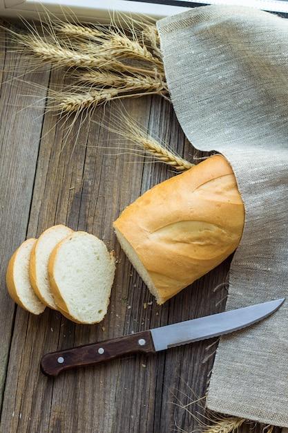 Pokrojony Chleb Z Pszenicznymi Kolcami Na Drewnianym Stołowym Zbliżeniu Premium Zdjęcia