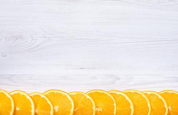 Pokrojony świeżych Pomarańczowych Owoc Odgórny Widok Z Kopii Przestrzenią Na Drewnianej Powierzchni Darmowe Zdjęcia