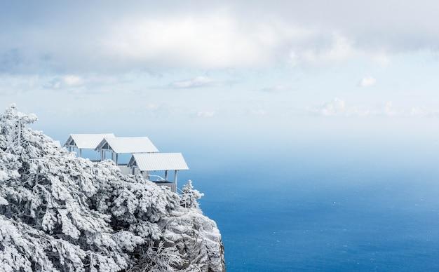 Pokryte śniegiem góry krymskie Premium Zdjęcia