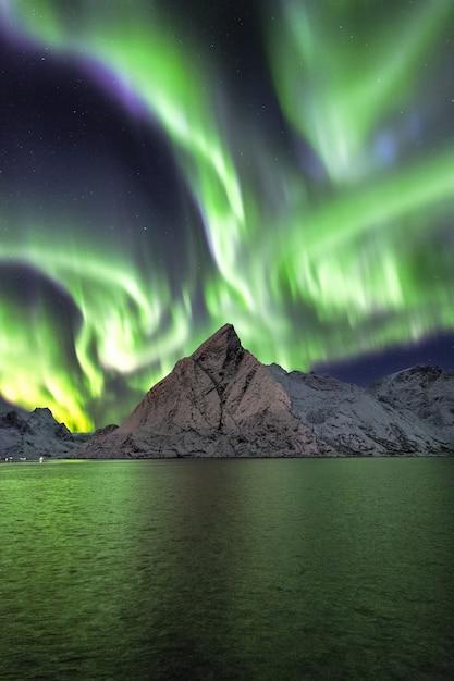 Pokryte śniegiem Góry Pod Pięknymi Zorzy Polarnej Na Niebie Darmowe Zdjęcia