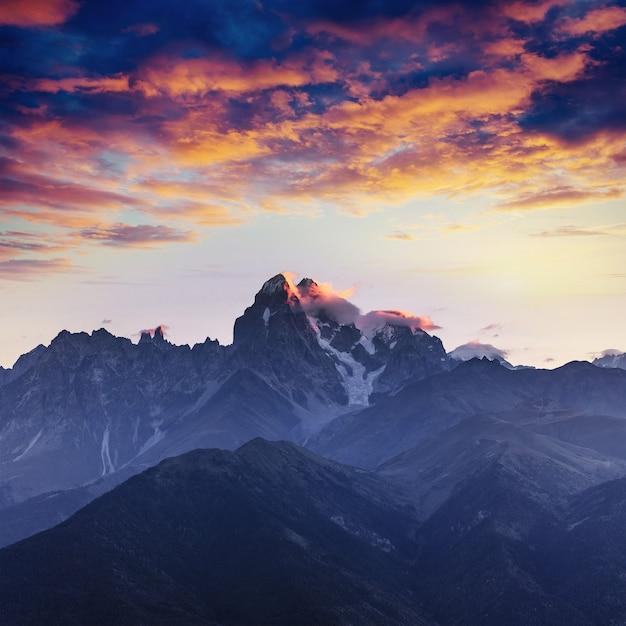 Pokryte śniegiem góry we mgle. jesień nad jeziorem koruldi Premium Zdjęcia