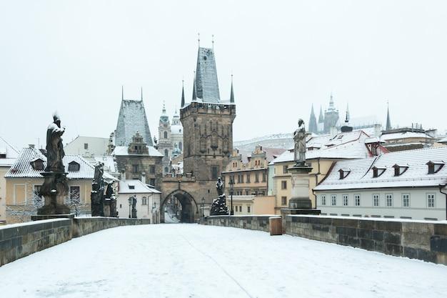 Pokryty śniegiem most karola w pradze Premium Zdjęcia